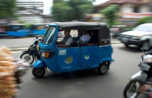 Indonésie: l'ubérisation des motos-taxis chasse les trois-roues traditionnels