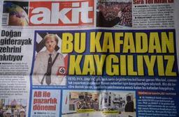 Un photomontage de Merkel en Hitler en une d'un journal turc