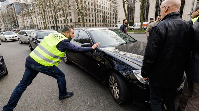 Manifestations des taxis: des chauffeurs Uber empêchés de travailler sous l'oeil de la police