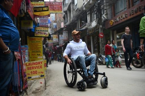 Un paraplégique atteint un camp de base de l'Everest