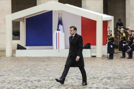 Macron salue