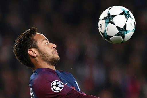 Coupe de la Ligue: Neymar félicite ses coéquipiers et en particulier Dani Alves