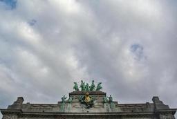 Temps généralement gris avec des averses dimanche après-midi et lundi