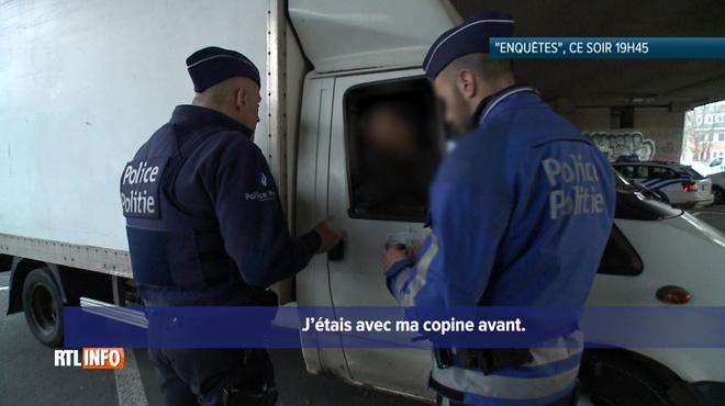 A Bruxelles, des policiers tentent en vain d'établir l'identité d'un homme lors d'un contrôle: