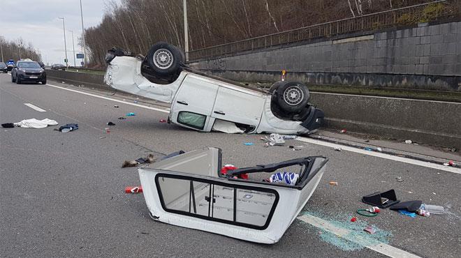 Un pick-up termine sur le toit sur le ring de Charleroi: le conducteur est décédé, un enfant est blessé