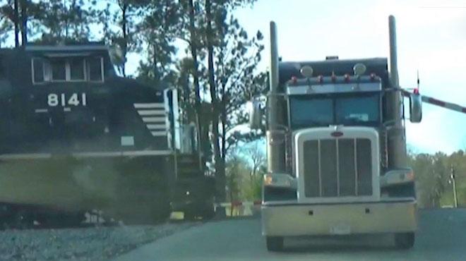 Crash inouï aux États-Unis: un train percute de plein fouet un poids-lourd