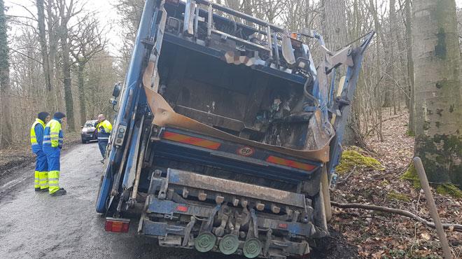 Leernes: un camion-poubelle finit sa course dans le fossé et déverse 300 litres de mazout dans la nature