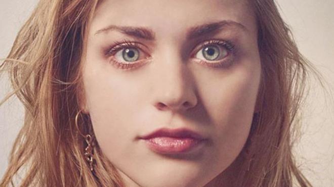 A 24 ans, la fille de Kurt Cobain et Courtney Love ose ENFIN montrer comment elle chante: le résultat laisse sans voix (vidéo)