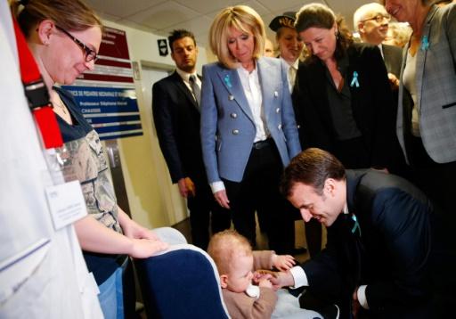 Macron visite un centre pour autistes, accueilli par des manifestants