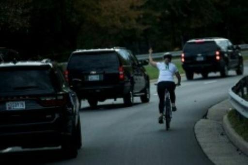 La cycliste du doigt d'honneur à Trump poursuit son ex-employeur