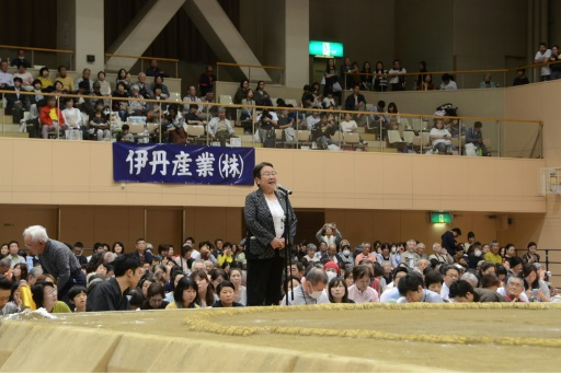 Sexisme au Japon: une maire exclue d'une arène de sumo