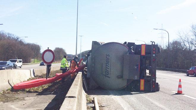Accident impressionnant sur la E411: un poids lourd percute un camion tampon et bascule sur le flanc