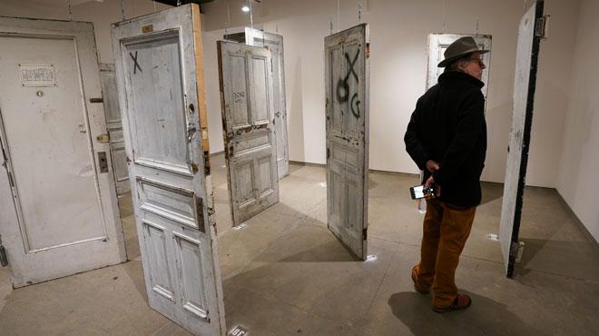 Jim, un homme sans abri, sauve les portes d'un célèbre hôtel de New York de la destruction et les met aux enchères