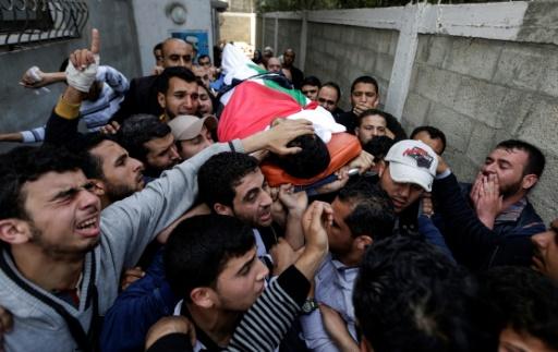 Aux funérailles du journaliste palestinien tué, un drapeau... et un gilet
