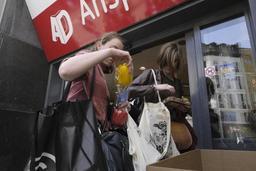 Des militants protestent contre les emballages superflus dans un supermarché à Bruxelles