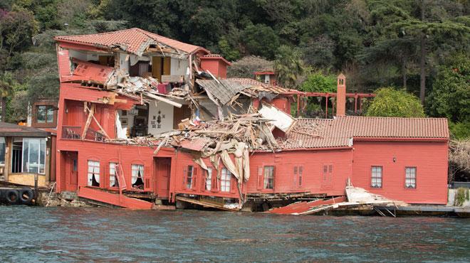 Un cargo de 225 mètres éventre une villa ottomane en bois historique à Istanbul (photos)