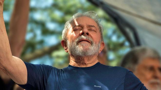 Brésil: l'ex-président Lula passe sa première nuit en prison
