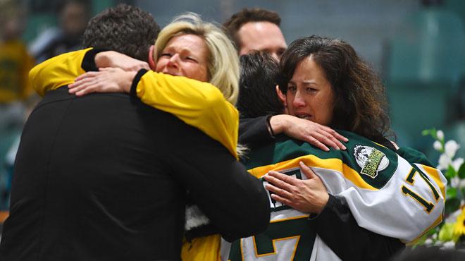 Le Canada tente de comprendre l'accident qui a coûté la vie à 15 membres d'une équipe de hockey: seul le chauffeur du camion en est sorti indemne