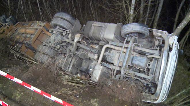 Un camion complètement renversé dans un fossé le long de la N5 à Couvin: la chaussée a été rouverte (photo)