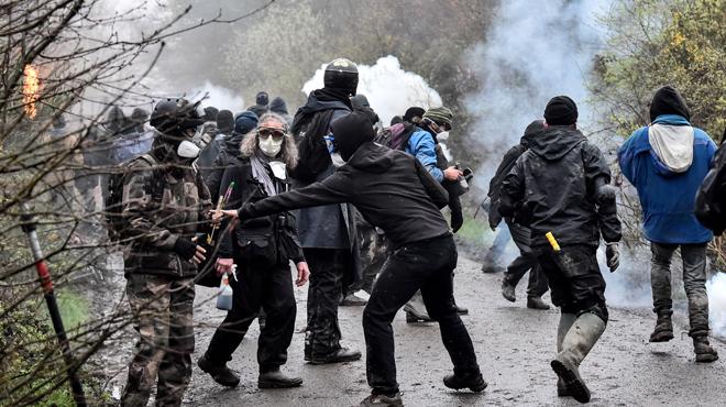 En France, l'opération d'expulsion de la ZAD de Notre-Dame-des-Landes a commencé et des affrontements ont éclaté