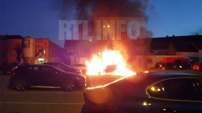 Voitures incendiées sur une place de Fontaine-l'Evêque cette nuit,