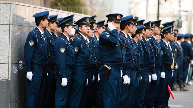 Plus de 1.000 policiers mobilisés au Japon pour retrouver un voleur qui s'est évadé: des chaussettes, un téléphone mobile et une paire de sandales ont disparu