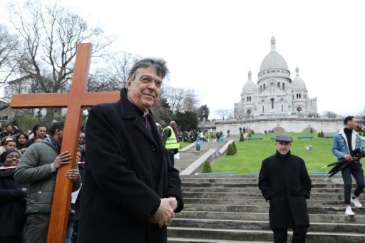 L'archevêque de Paris en visite dans un campement de migrants de la capitale