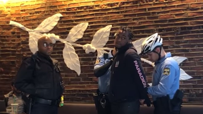 Le patron de Starbucks s'excuse après l'arrestation de deux Noirs dans un café (vidéo)