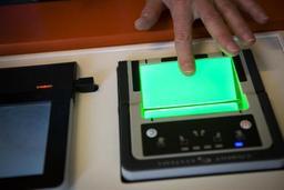 La Commission envisage d'intégrer les empreintes digitales à la carte d'identité