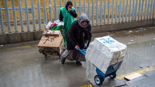 Comme des milliers de femmes, Fatima porte 60kg de marchandises entre le Maroc et l'Espagne: son patron évite ainsi les taxes