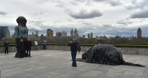 Figures sombres et provocantes signées Huma Bhabha sur le toit du Met à New York