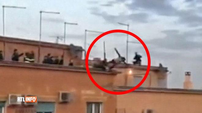 Un jeune homme monte sur un toit à Rome pour tenter de se suicider: la vidéo du sauvetage fait le tour du monde