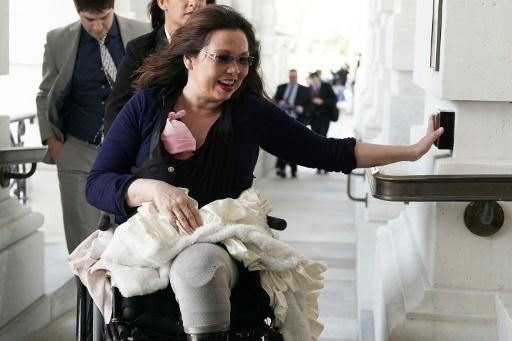 Une sénatrice américaine, première à voter avec son nouveau-né