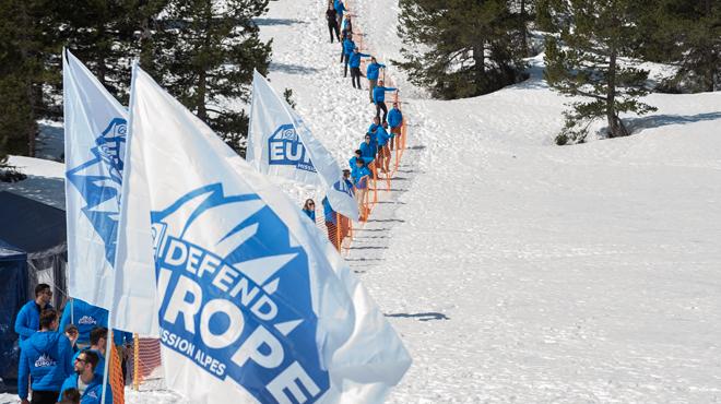 Des extrémistes bloquent l'accès aux migrants dans les Alpes: les sociétés d'hélico expliquent comment elles ont été