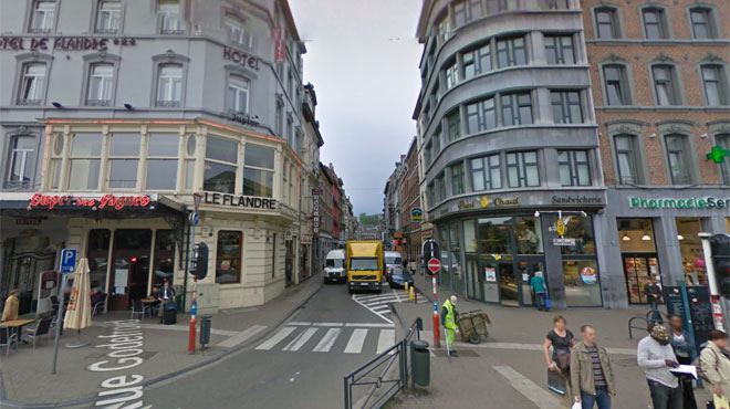 Un jeune traverse la rue et agresse un inconnu