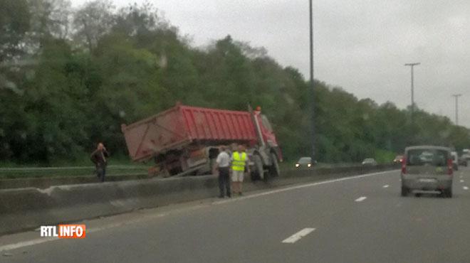 Un camion s'est retrouvé sur la berme centrale sur l'E19 à Obourg ce matin