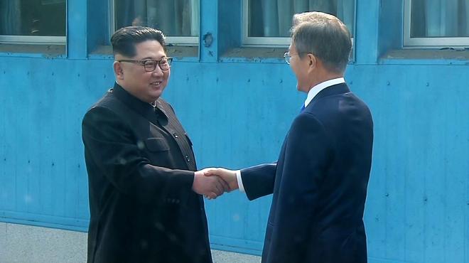 Poignée de main HISTORIQUE des leaders coréens sur la Ligne de démarcation militaire qui divise la péninsule