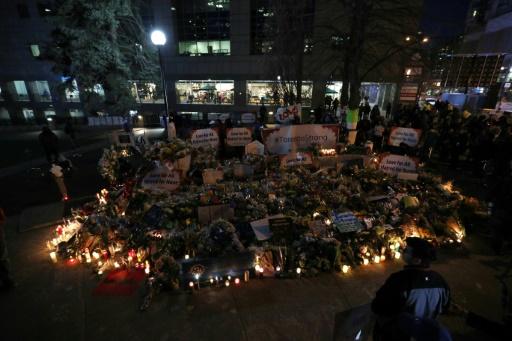 Bougies, fleurs et prières pour les dix morts du chauffard de Toronto