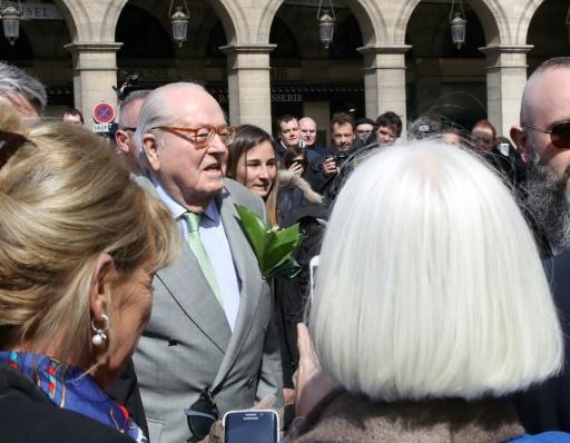 A Paris, Jean-Marie Le Pen rend hommage à Jeanne-d'Arc devant un carré restreint de fidèles