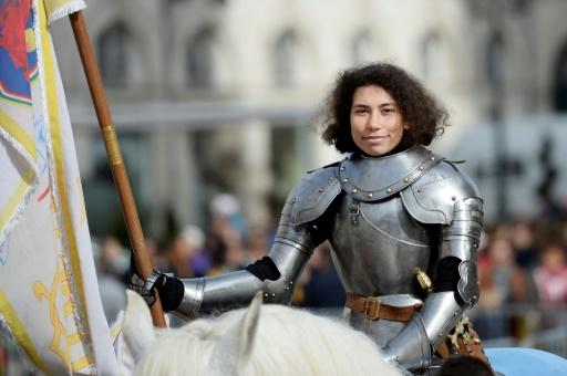 Fêtes de Jeanne d'Arc à Orléans: la jeune métisse incarnant la Pucelle traverse la ville à cheval