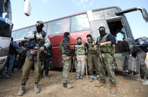Des dizaines de jihadistes évacués de Damas arrivent dans le nord de la Syrie