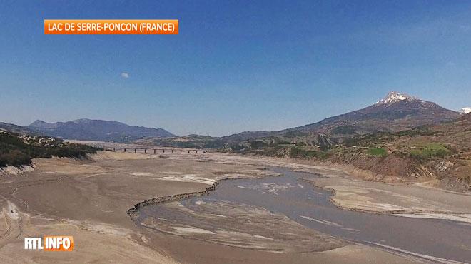 Spectacle impressionnant en France: le lac de Serre-Ponçon, dont le niveau est au plus bas depuis 5 mois, laisse apparaître d'anciens villages engloutis