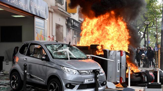 Le cortège syndical du 1er Mai dégénère à Paris: vitrines cassées, restaurants saccagés, abribus incendiés, forces de l'ordre visées