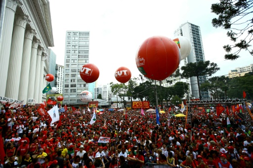 Brésil: manifestation de soutien à Lula devant sa prison