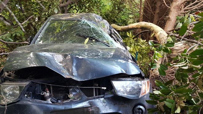 Grave accident à Montignies-le-Tilleul: un homme perd le contrôle de son véhicule, finit dans des arbres et doit être désincarcéré