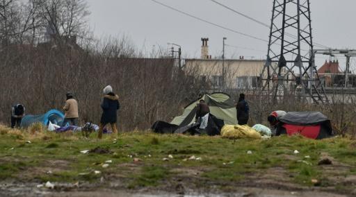 Calais: une cinquantaine de migrants caillassent des CRS