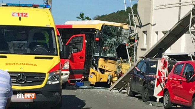 Un bus fonce dans une façade à Saint-Nicolas: plusieurs blessés, le chauffeur a fait un malaise