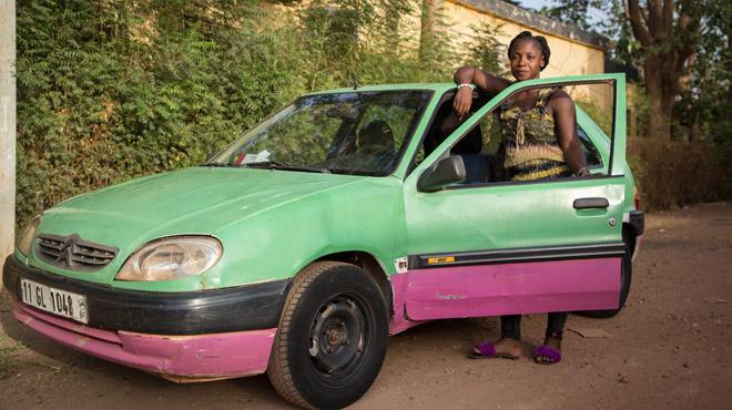 Biba, unique femme chauffeur de taxi à Ouagadougou: