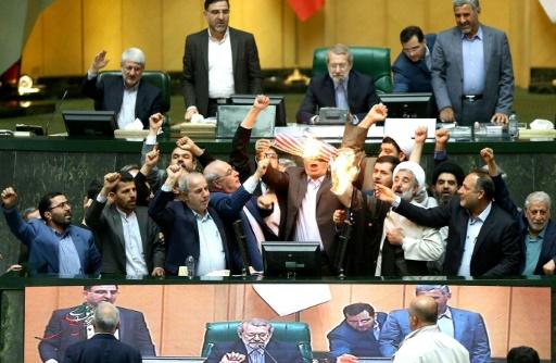 Nucléaire: un drapeau américain en papier brûlé au Parlement iranien