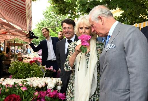 Bain de foule à Nice pour le prince Charles, enthousiasmé par le mariage d'Harry